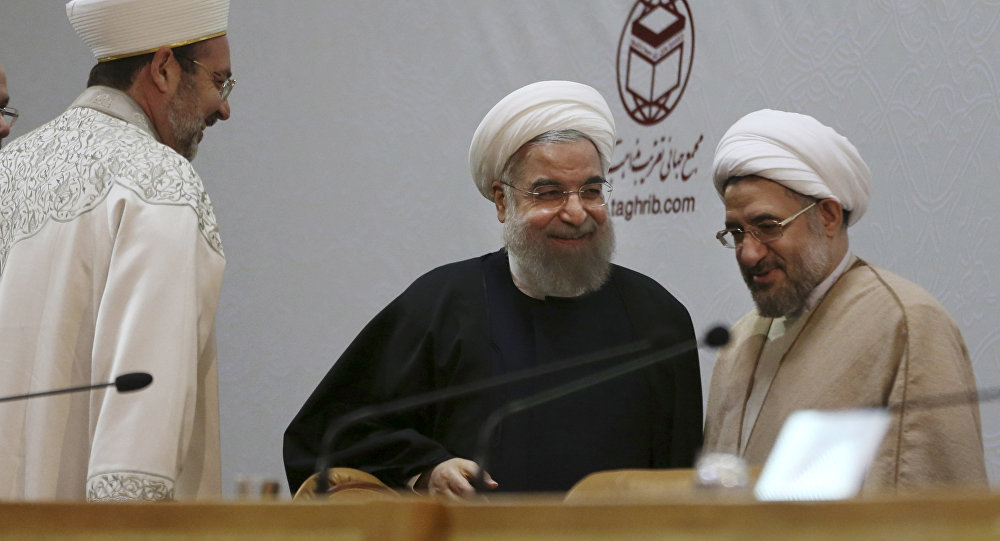 Mohsen Araki (à direita) ao lado do presidente iraniano Hassan Rouhani (ao centro) durante uma conferência islâmica em Teerã, no Irã