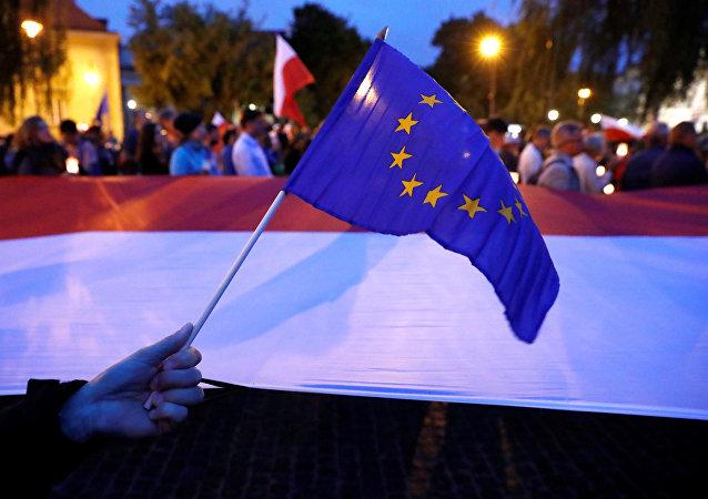 Bandeiras da Polônia e da UE durante protestos contra reformas judiciais em Varsóvia, Polônia, 25 de julho de 2017