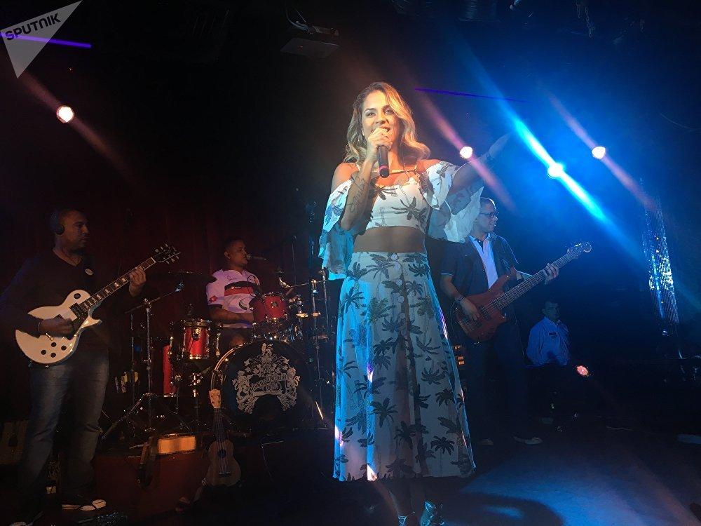 Ju Moraes dá show em Moscou no 16 Tons Club, em 30 de julho de 2017