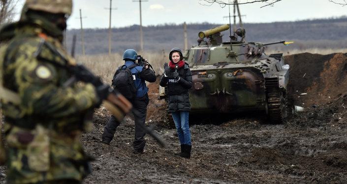 Jornalista trabalha em área de conflito no leste da Ucrânia