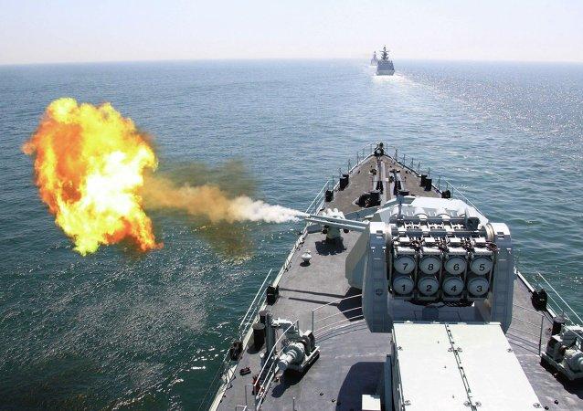 Navio chinês participa em exercícios militares navais com a Rússia