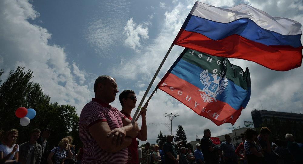Participantes da manifestação em apoio a Donetsk