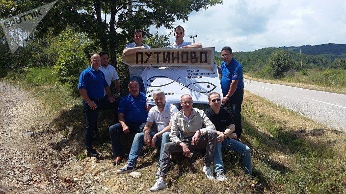 Membros da Missão Humanitária Russa durante visita a Putinovo