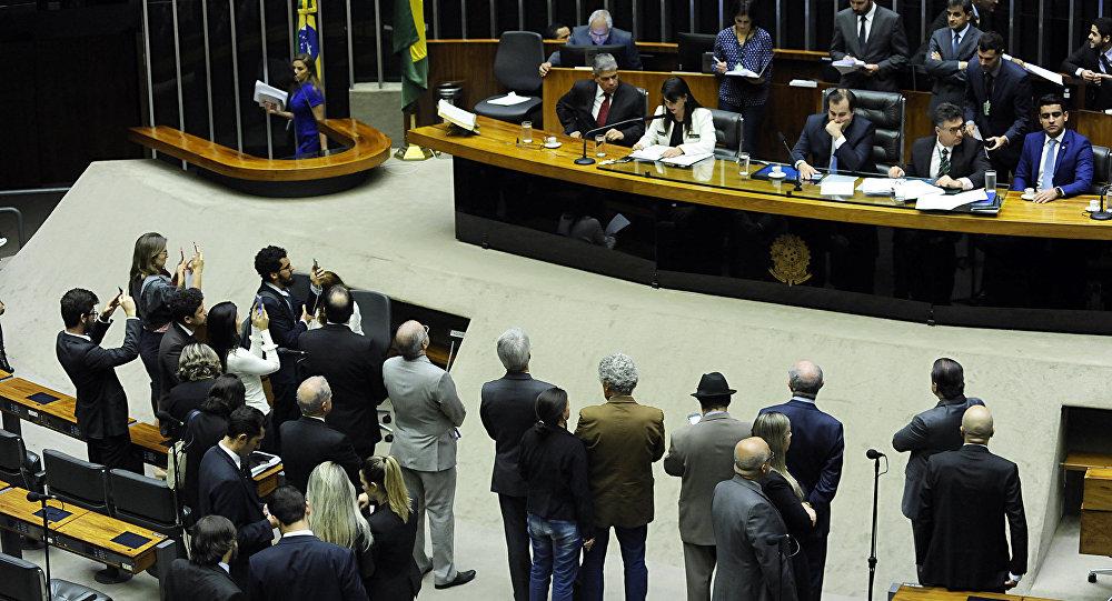Dep. Mariana Carvalho (PSDB-RO) faz a leitura da denúncia do Ministério Público Federal contra o presidente Michel Temer (Arquivo)