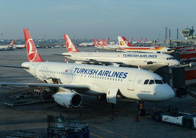 Aviões Airbus A320 e A321 das linha aéreas Turkish Airlines no aeroporto de Istanbul