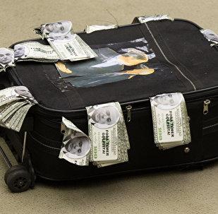 Parlamentares montam mala cheia de dinheiro para simbolizar propina supostamente recebida por Temer