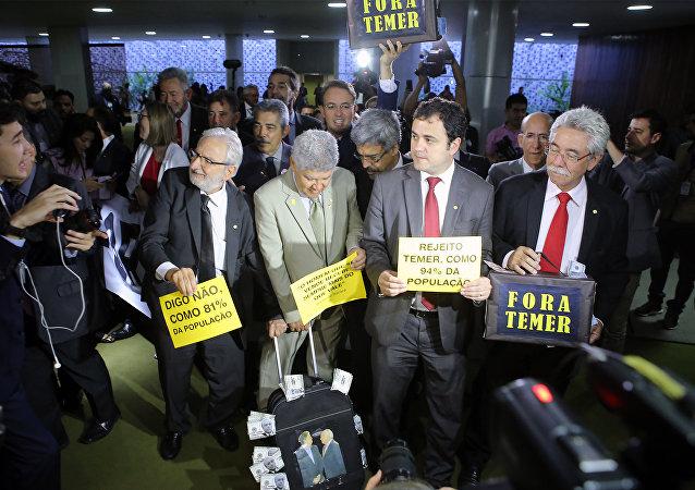 Deputados da oposição usam pressão popular para pedir a saída de Temer da presidência (arquivo)