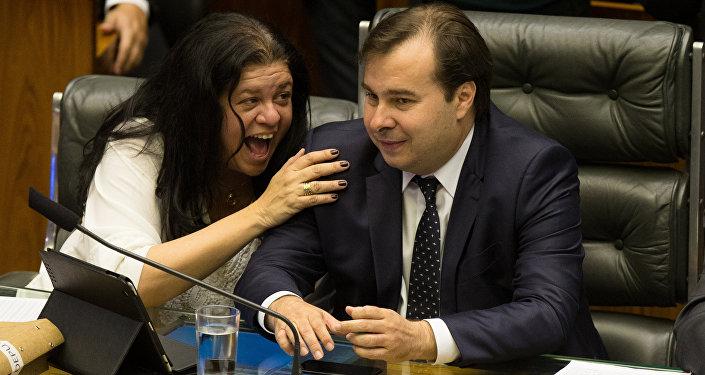Laura Carneiro (PMDB-RJ) demonstra intimidade com o presidente da Câmara, Rodrigo Maia (DEM-RJ)