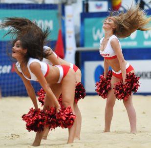 Líderes da torcida (cheerleaders em inglês) durante uma partida no âmbito da 3ª fase da Liga Europa de Futebol masculina entre as equipes russa e bielorrussa, em Moscou