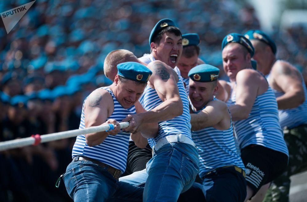 Festejos no dia das Tropas Aerotransportadas da Rússia na cidade russa de Omsk
