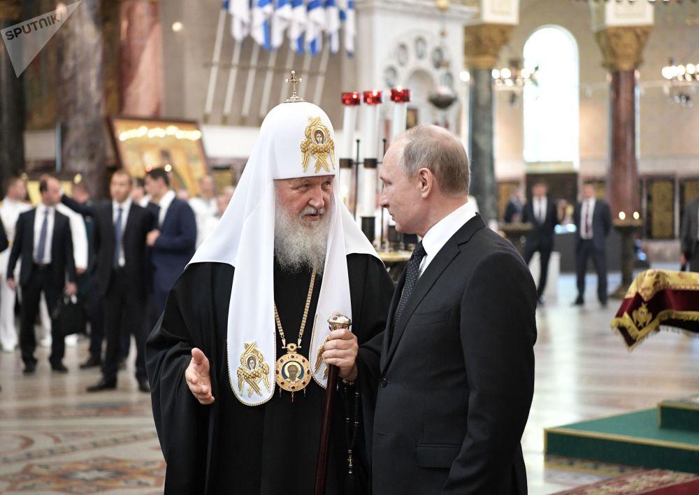 O patriarca de Moscou e de toda a Rússia Kirill e o presidente russo, Vladimir Putin, durante uma visita à Catedral de São Nicolau dos Navegantes, em São Petersburgo, no Dia da Marinha