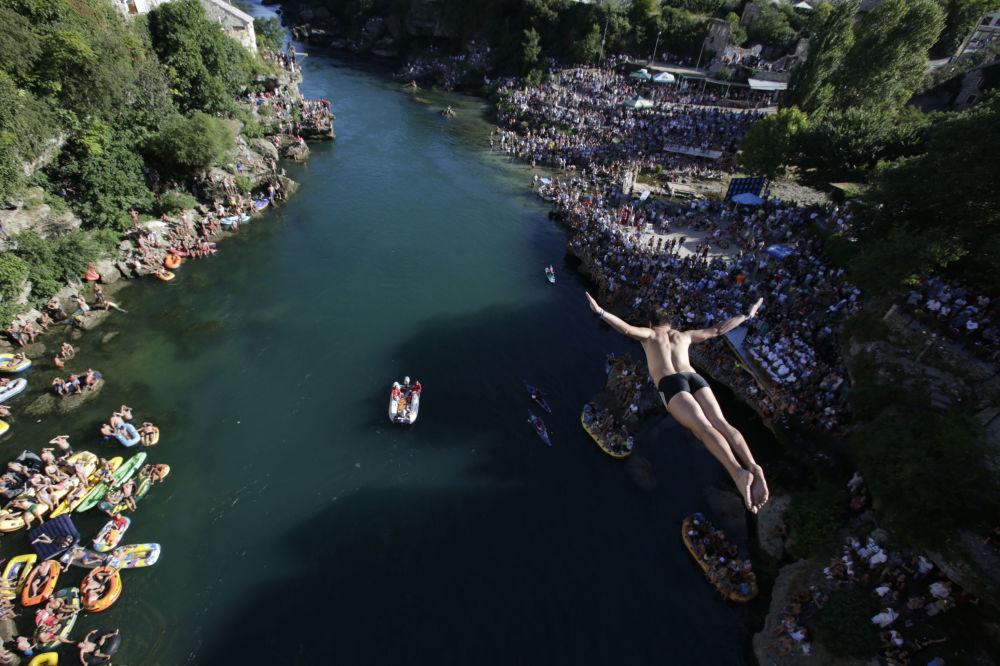 Um mergulhador salta durante o festival anual de saltos da ponte de Mostar, na Bósnia e Herzegovina