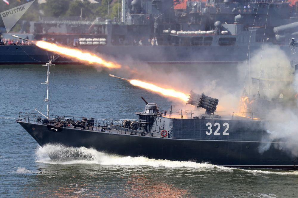 Uma instalação de lançamento de bombas a jato RBU-6000 no navio antissubmarino pequeno Cabardino-Balcária da Frota do Báltico durante o Dia da Marinha russo, na cidade de Baltiysk