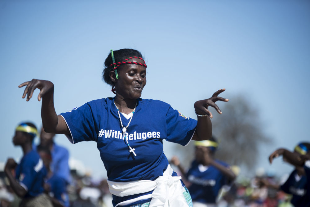 Uma mulher moçambicana interpreta a dança tradicional Muchongoyo durante os festejos do Dia Internacional dos Refugiados em um campo de refugiados no leste do Zimbábue