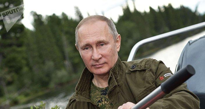 O líder russo durante um passeio por um dos lagos de montanha na república de Tuva