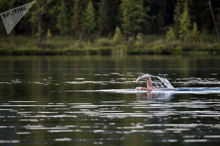 Vladimir Putin nada no estilo crawl num lago onde a temperatura não ultrapassa os 17 graus positivos