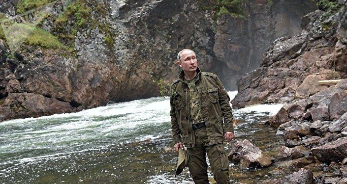 O líder russo perto de um rio de montanha na república de Tuva