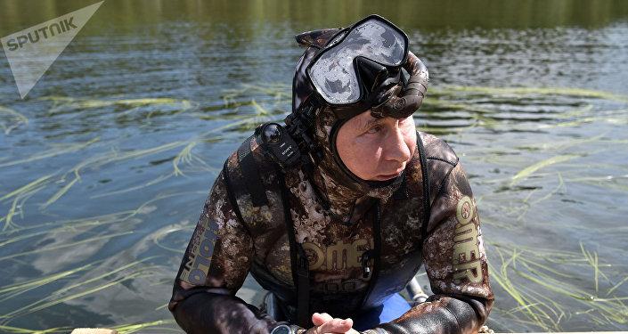 Vladimir Putin de traje de mergulho antes de submergir em um lago de montanha na república de Tuva