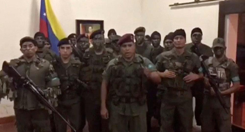 Uma imagem estática do vídeo divulgado pela Operação David Carabobo supostamente mostra um grupo de homens vestidos com uniformes militares que anunciam insurreição em Valência, Venezuela 6 de agosto de 2017.
