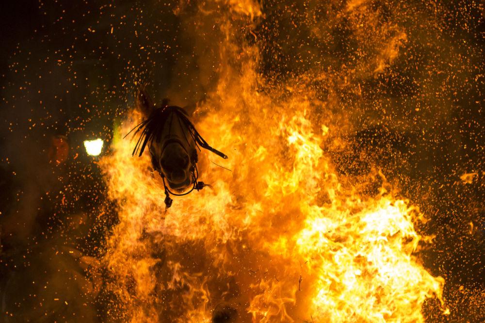 """A foto de Viktor Blanko (Espanha) """"Fogo Purificado"""" que levou o terceiro prêmio na categoria """"O Meu Planeta"""""""