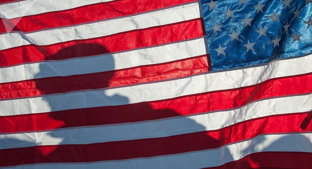 Bandeira dos EUA na demonstração de material militar e armamento da OTAN na Letônia