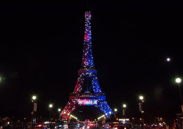 Torre Eiffel pintada com cores do PSG em homenagem à chegada de Neymar
