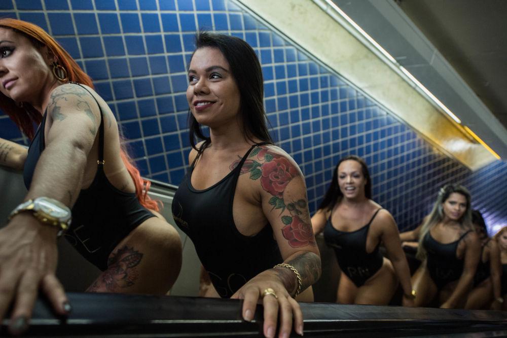 Modelos participantes do concurso BumBum Brasil 2017 em uma estação de metrô de São Paulo