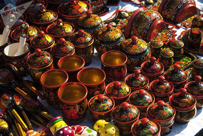 Utensílios decorados ao estilo da pintura khokhloma