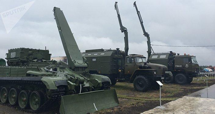 Os veículos de manutenção técnica que participaram da corrida mista do concurso Rembat 2017 em Omsk