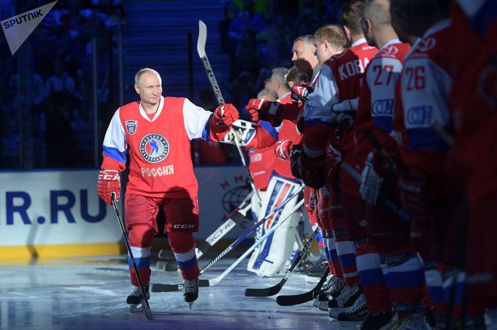 Presidente da Rússia, Vladimir Putin, antes do início do festival da Liga Noturna de Hóquei no Gelo em Sochi