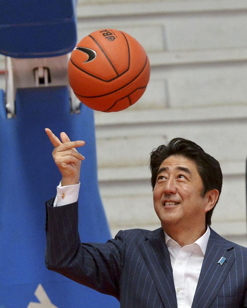 O premiê japonês, Shinzo Abe, com uma bola de basquete