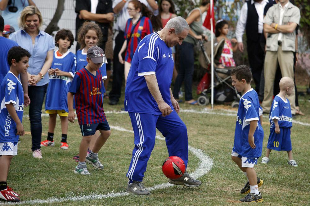 O primeiro-ministro do Israel, Benjamin Netanyahu, jogando futebol
