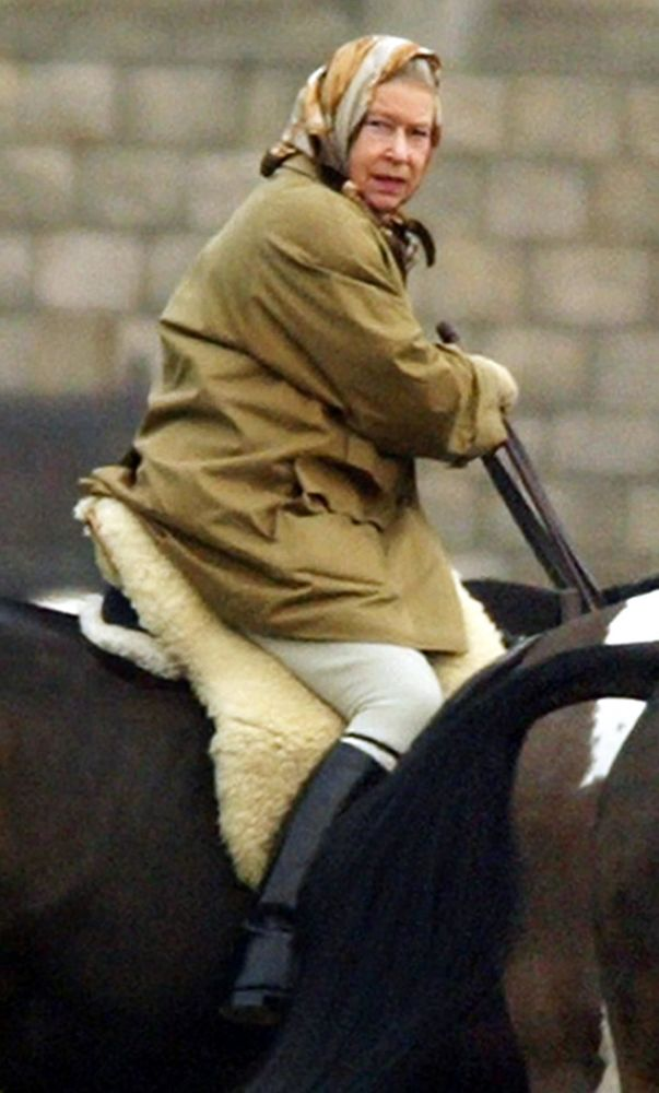 A Rainha Elizabeth II do Reino Unido durante equitação no Castelo de Windsor