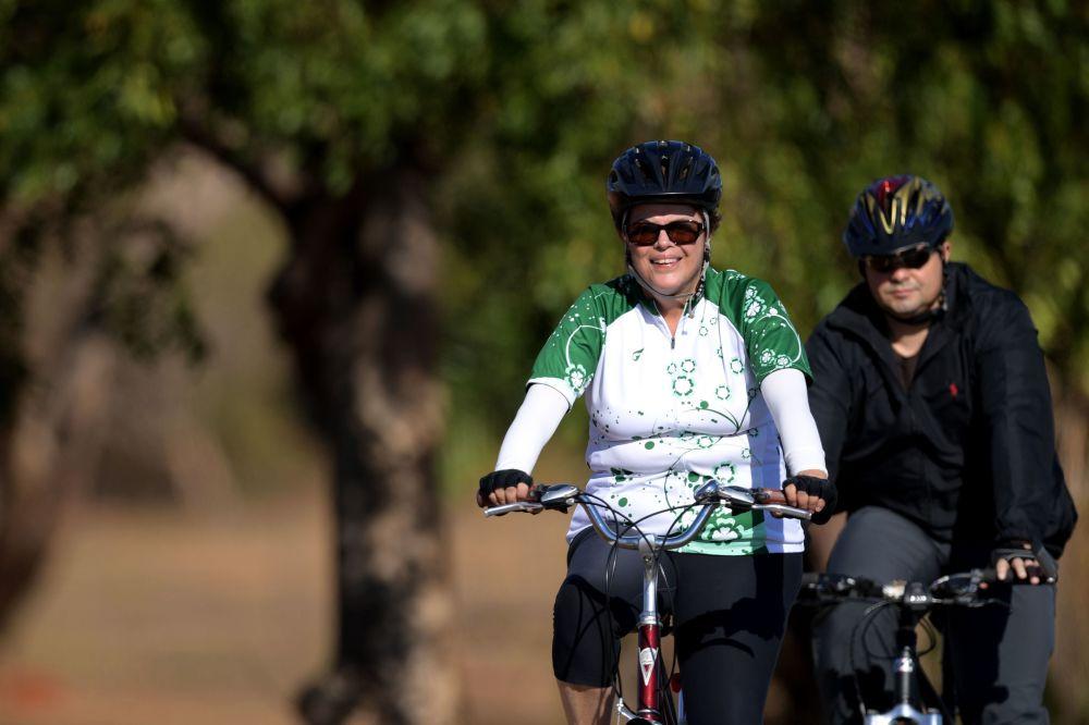A presidente afastada do Brasil, Dilma Rousseff, segue em bicicleta na zona do Palácio da Alvorada em Brasília