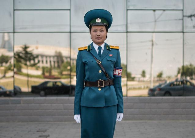 A oficial do serviço de trânsito, tenente Kim Jong-Hua, em uma das ruas de Pyongyang