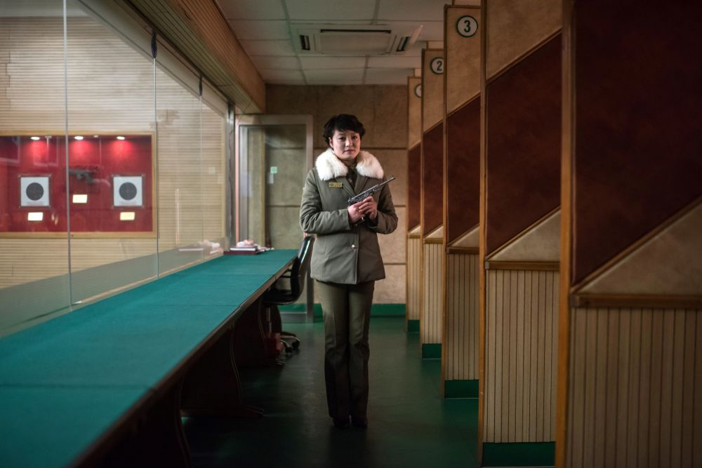 A instrutora de tiro Kim Su-Ryon no seu local de trabalho em Pyongyang