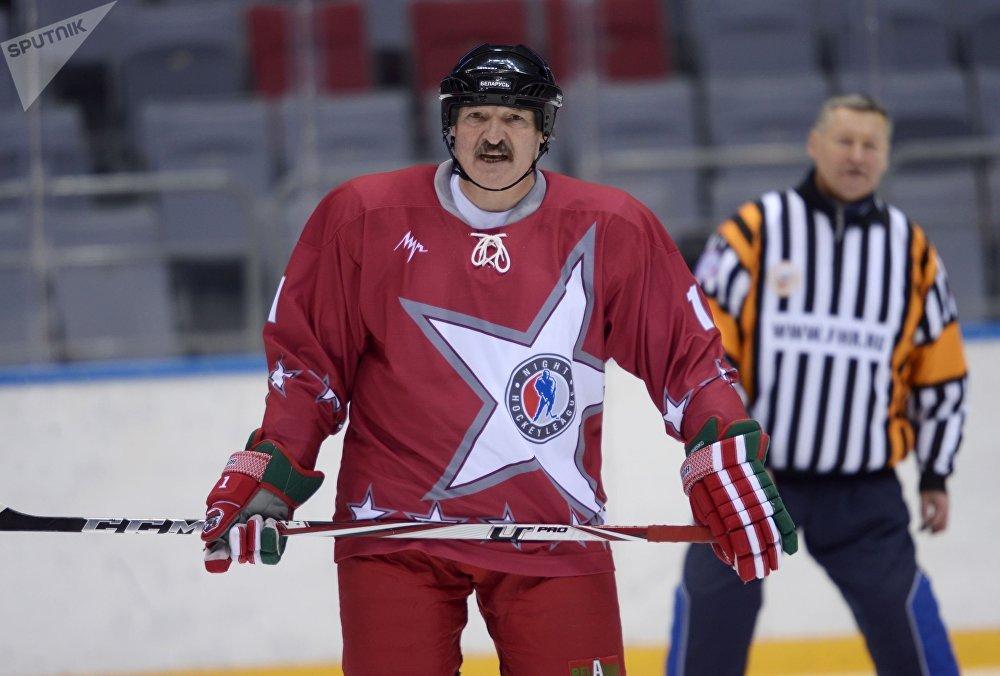 O presidente da Bielorrússia, Aleksandr Lukashenko, durante um jogo amigável de hóquei no gelo em Sochi