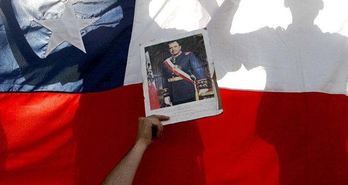 Fotografia de Pinochet, com bandeira do Chile ao fundo