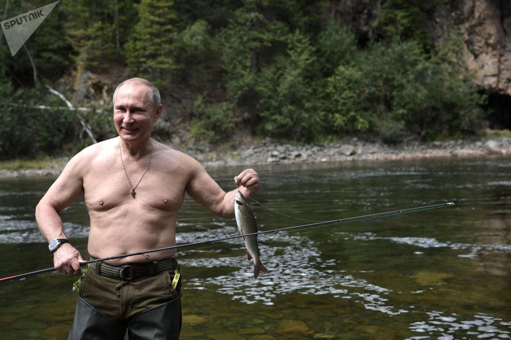 O presidente russo Vladimir Putin durante a pesca em um lago de montanha, na república russa de Tuva, onde o político passou suas breves férias de verão