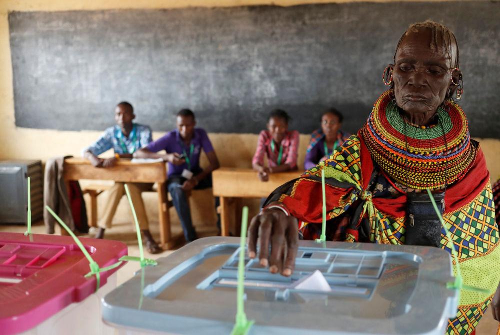 Uma mulher da tribo africana Turkana vota nas presidenciais quenianas em uma aldeia
