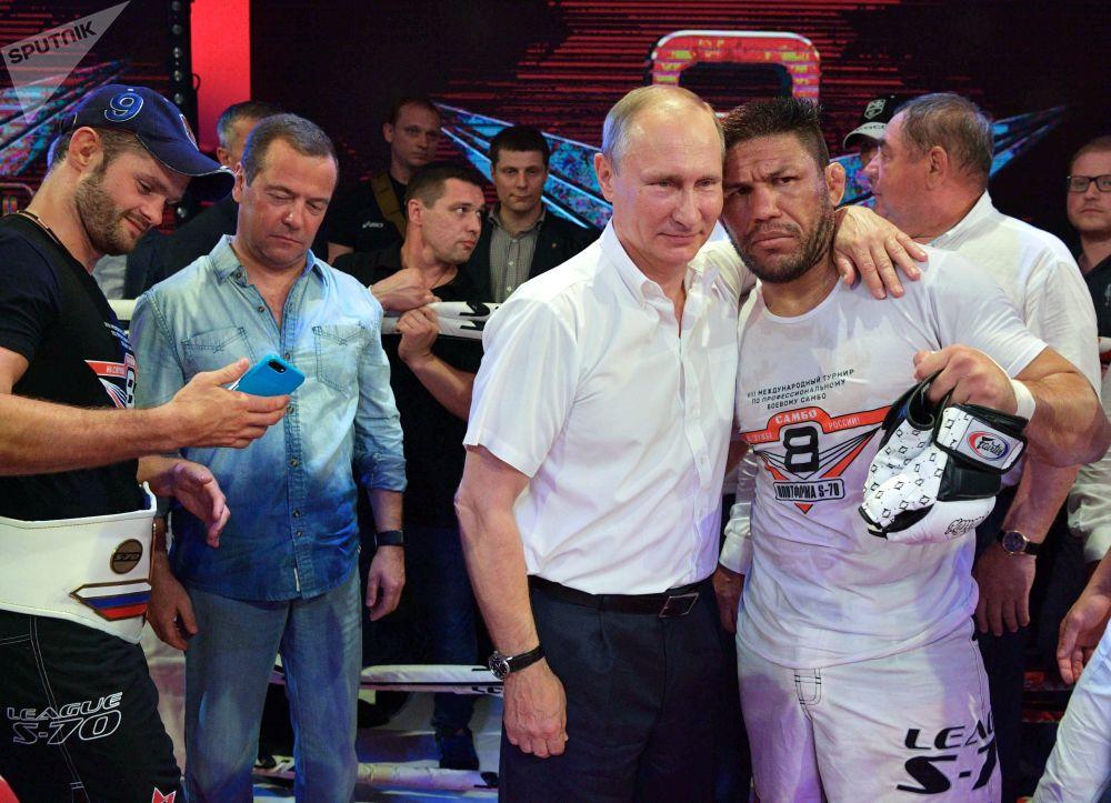 O presidente russo Vladimir Putin tira uma fotografia com o tetracampeão mundial de kickboxing e boxe, Luis Sergio Melo Júnior, em um torneio de sambo de combate, na cidade de Sochi