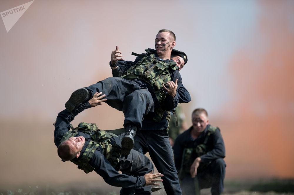 Militares participam de um concurso de manutenção dos veículos blindados Rembat na região russa de Omsk, no âmbito dos Jogos Internacionais do Exército 2017