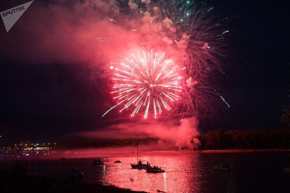 Fogos de artifício no Dia da Cidade de Omsk, na Rússia