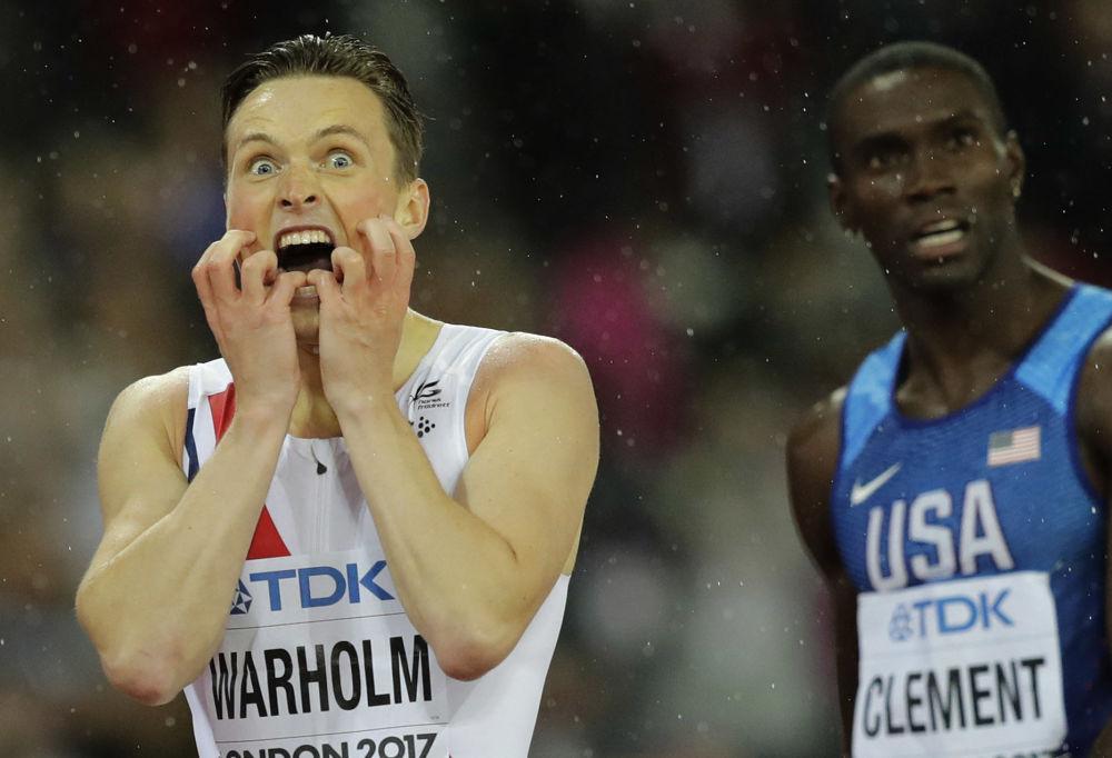 O atleta norueguês Karsten Warholm reage à sua vitória na corrida de 400 metros com barreiras no Mundial de Atletismo 2017