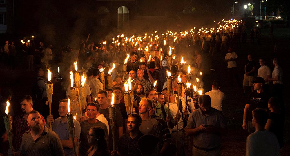 Supremacistas brancos carregam tochas durante marcha neonazista na Virgínia, nos Estados Unidos
