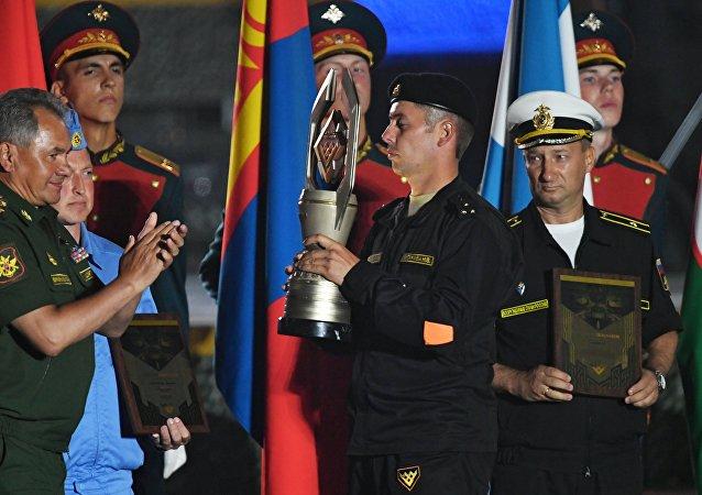 O ministro da Defesa russo, Sergei Shoigu, parabeniza as equipes vencedoras nos Jogos Internacionais de Exército 2017, no polígono de Alabino, em 12 de agosto de 2017