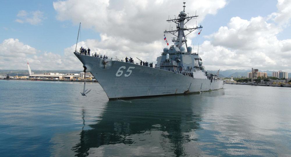 Contratorpedeiro USS Benfold num porto do Havaí