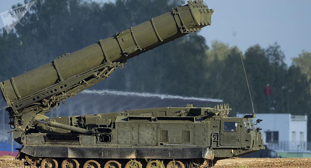 Sistema russo de mísseis anti-balísticos S-300VM Antey-2500. Os sistema de mísseis terra-ar do tipo S-300-S são projetados para abater uma variedade de mísseis balísticos de curto e médio alcance dentro de uma faixa de 2.500 km