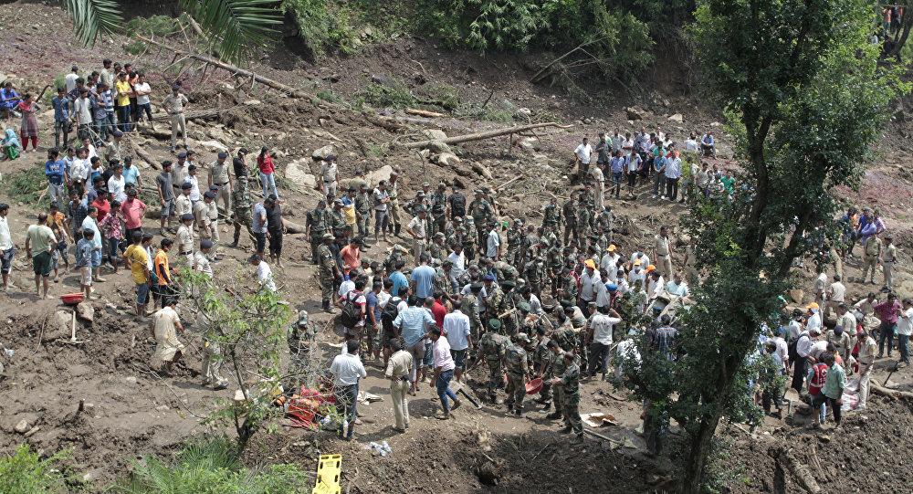 Soldados participam de resgate após deslizamento de terra na Índia (arquivo)