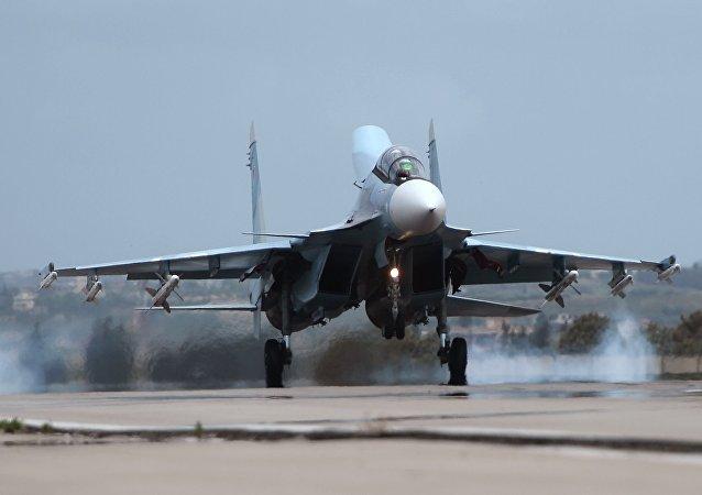 Caça Su-30 realizando pouso na base aérea de Hmeymim
